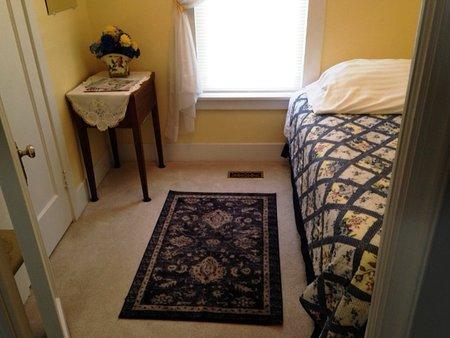chambre moyenne a un lit double