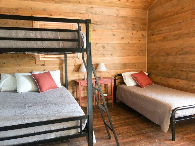 Dormitorio 2 es idéntica a la cama 3: litera doble, cama individual