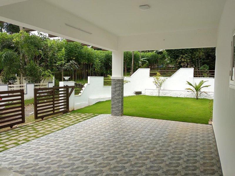 4 BEDROOM VILLA, location de vacances à Malayattoor