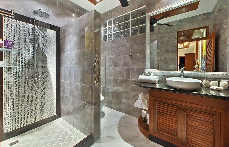 Bathroom to Bedroom nr 1 with rain shower