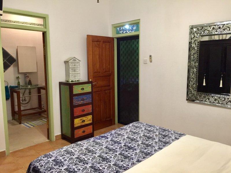 chambre King suite avec salle de bain complète privée, entrée indépendante, air conditionné, TV, ventilateurs, vers la piscine.