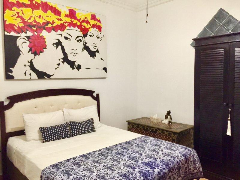 Chambre King suite avec placard, grand garçon, climatisation, ventilateur au plafond, salle de bains complète