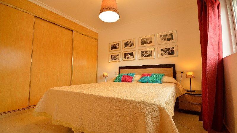 Camera da letto con letto matrimoniale di 150 cm e armadio a muro.