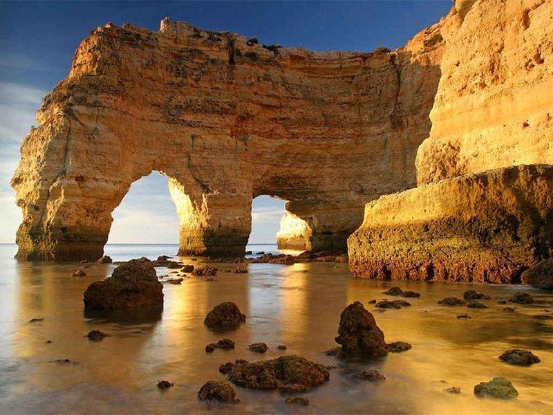 grotte e formazioni rocciose locale