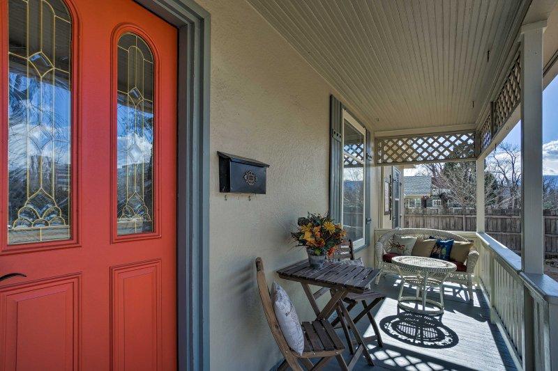 Disfrutar de un clima agradable durante todo el año de Colorado en el patio frontal amueblado!