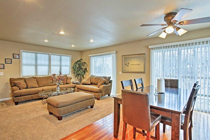 En el interior, 2.750 pies cuadrados de espacio de estar bien equipada le esperan.