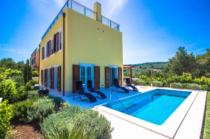 Villa Brac Hill Hera with Pool, aluguéis de temporada em Splitska