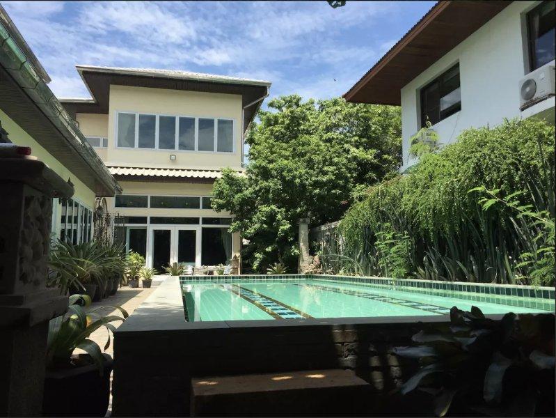 Día soleado en privado piscina Villa cerca del aeropuerto