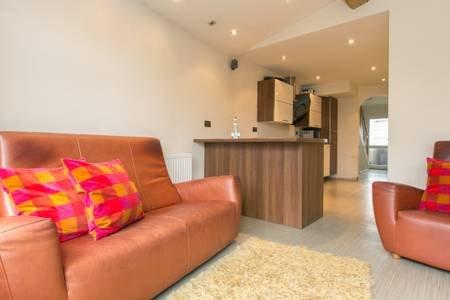 Birmingham NEC Airport Solihull 3 Bedroom House 5 Guests Safe Driveway Parking, location de vacances à Castle Bromwich