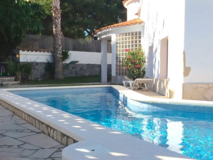 Villa in quiet area with private pool, 10min beach and center, vacation rental in L'Hospitalet de l'Infant