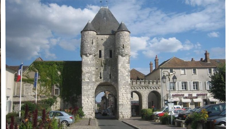 Moret-sur-Loing is 33 km from the rental.