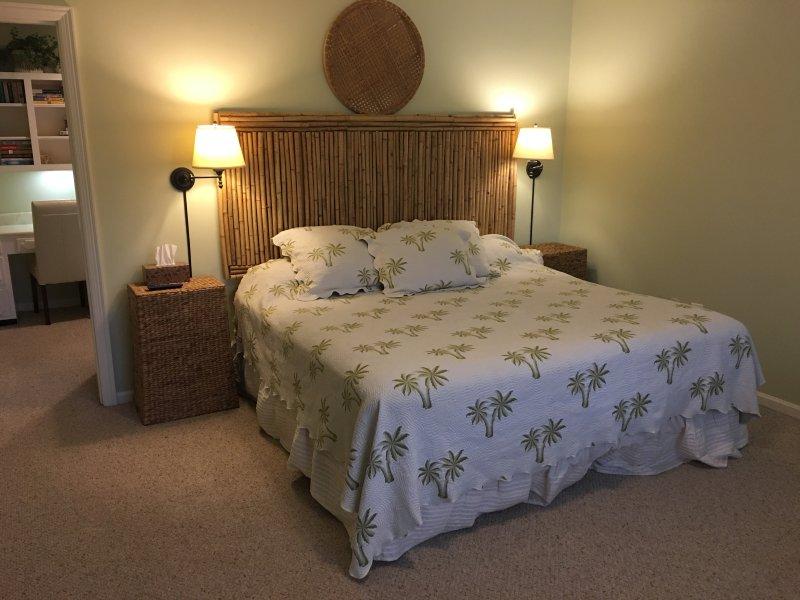 Sea Oaks Retreat 2e Fl East Bedrm met aangrenzende kantoor / kleedkamer