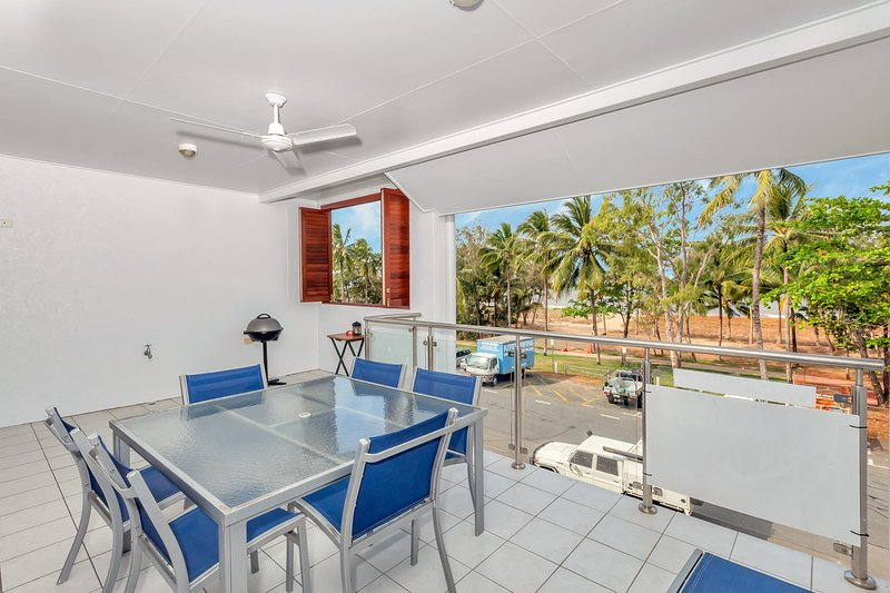 Oceansprey Beachfront Apartments, vacation rental in Holloways Beach