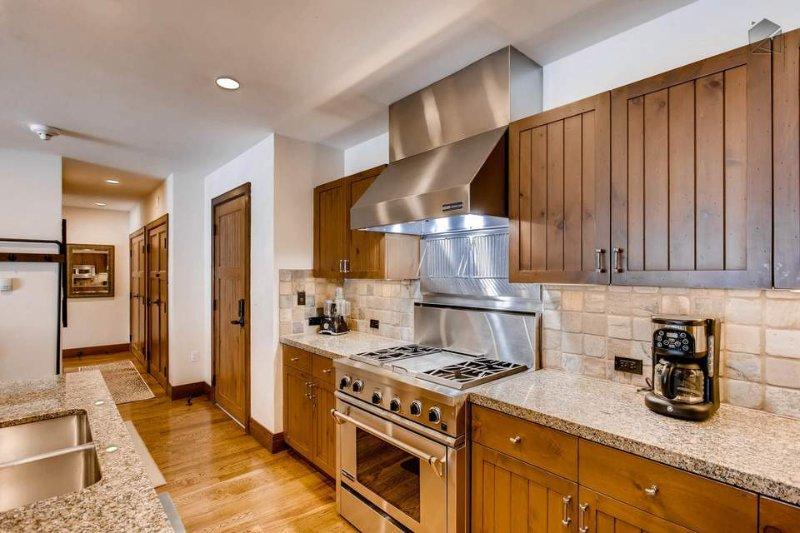 Tudo que você precisa para trazer são suas habilidades culinárias para cozinhar uma refeição em família bem na cozinha.