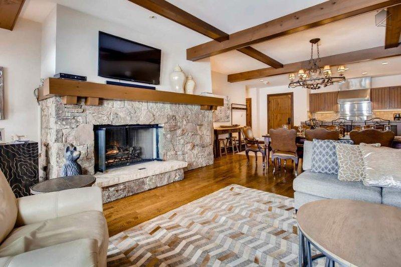 calorosa decoração de montanha da área de estar e vigas de madeira expostas para fazer uma noite perfeita em torno do fogo com a família e amigos.