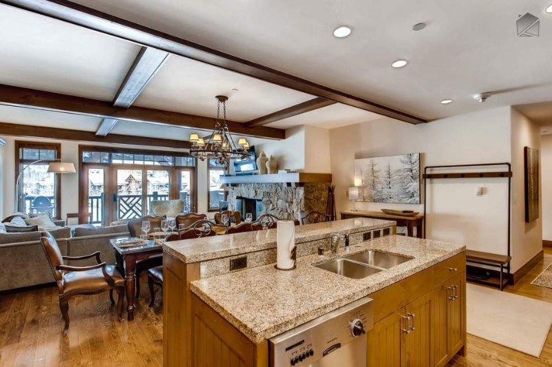 Cozinhar não é tarefa de todo na cozinha, com muito espaço nas bancadas de granito e aparelhos de qualidade profissional ao redor.