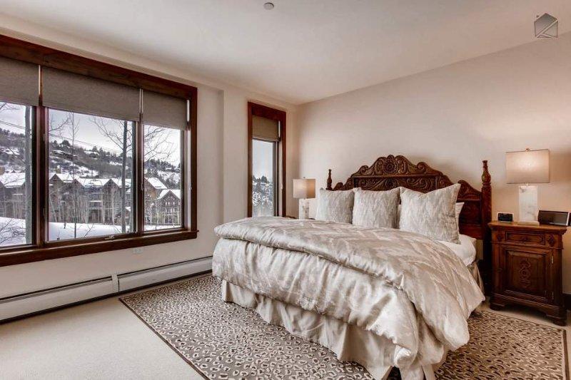Descanse bem na cama king-size no quarto principal, e acordar com vigias sobre as pistas de Beaver Creek.