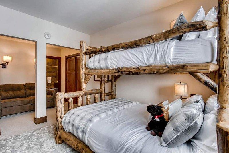 Além dos beliches rústicos, este quarto dispõe de um sofá-cama full-size, que acomoda mais um.