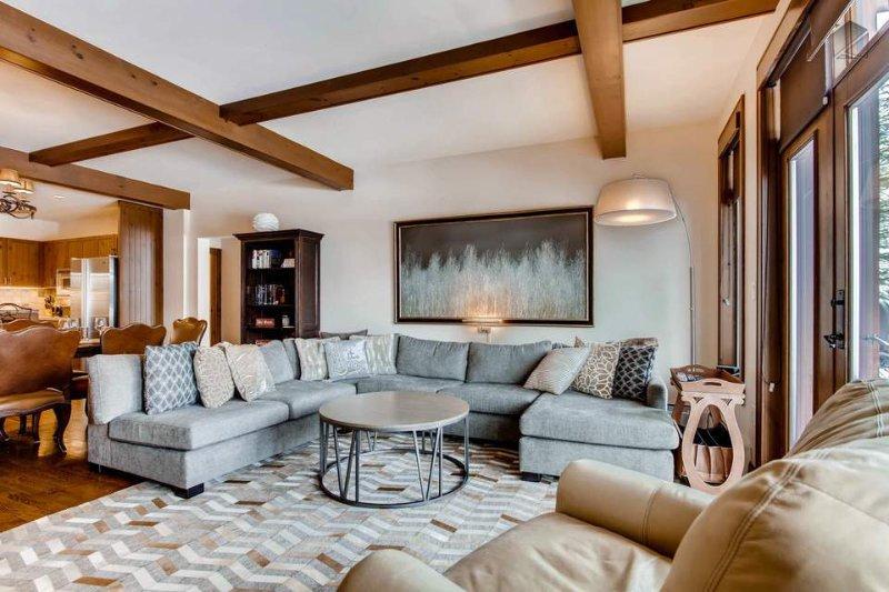 Hospedar o après-ski final com TV de tela plana da sala de estar ou vistas intermináveis.