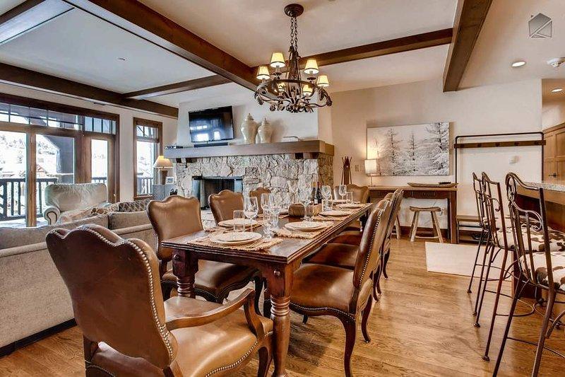 Entre a madeira elegante e cadeiras de couro, mesa de jantar grande, e lustre, você pode ter uma experiência de restaurante de 5 estrelas, em sua própria casa.
