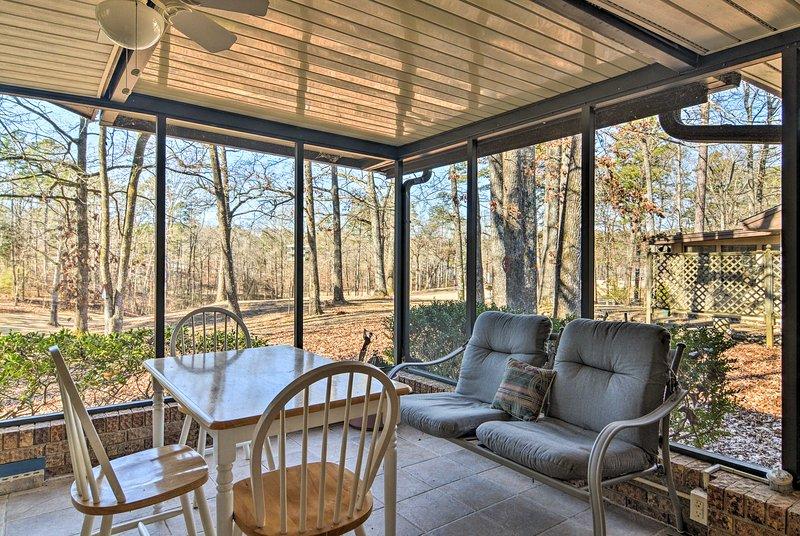 Organizza il tuo prossimo vacanza in famiglia Arkansas a questo affascinante 3 camere da letto, 2,5 bagno casa in affitto sul quinto tee del campo da golf DeSoto.