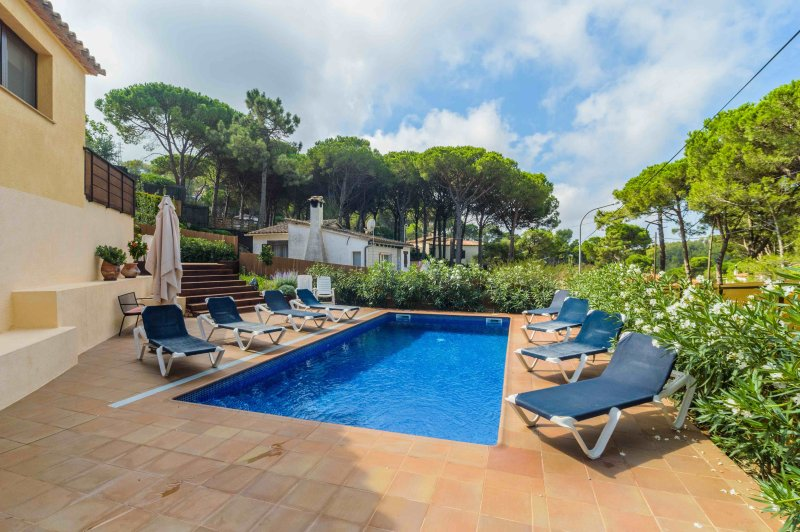 Lovely villa within a short walk of Begur with Wifi and private pool, holiday rental in Begur