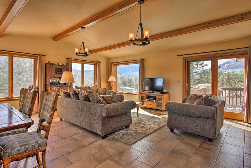 Esta casa de 3,000 pies cuadrados cuenta con vistas a la montaña y alojamiento para 10 personas.