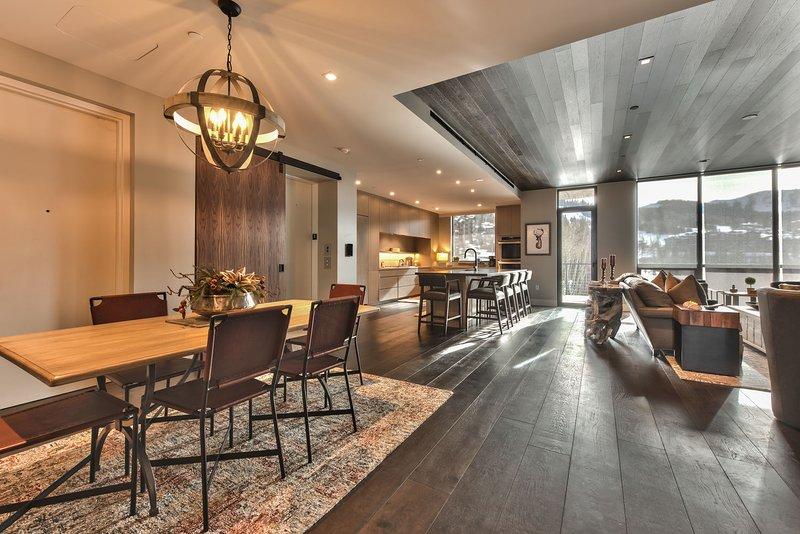 Ascensor compartido - Entrada privada a la unidad 303 - Gran salón - Sala de estar, cocina y área de comedor con hermosos pisos de madera noble y vistas increíbles.