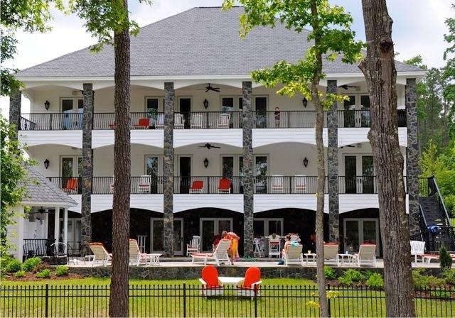Bienvenido al MacDaddy en el lago Gaston, Carolina del Norte! 10 dormitorios, 8.000 pies cuadrados de espacio habitable, piscina / spa