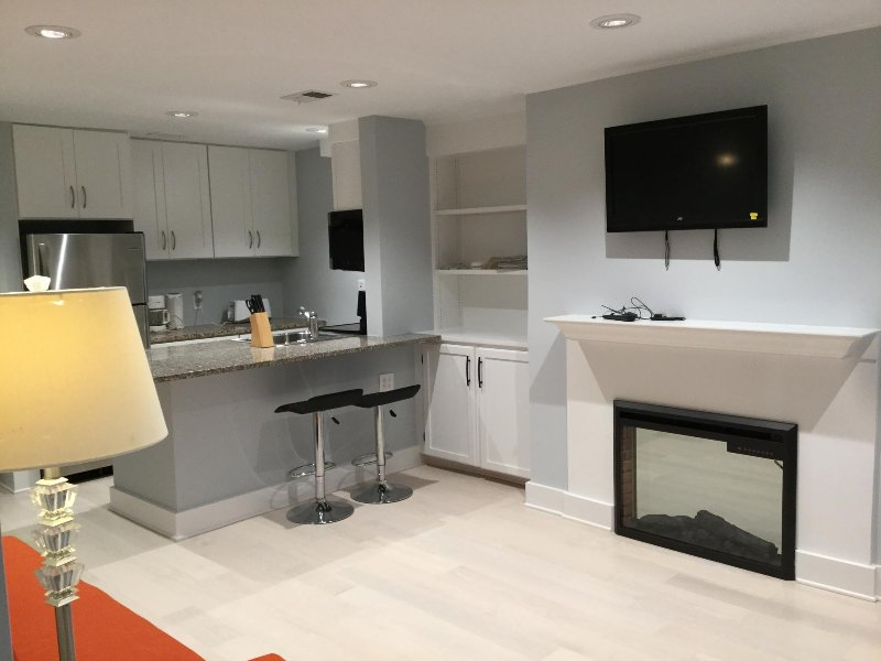 Spacious Central 1br near Zoo,  3 min walk to Zoo, convenient to Mariott Wardman, holiday rental in Chevy Chase Village