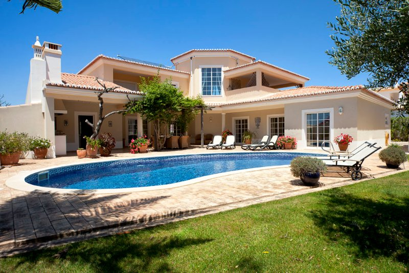 Stunning Villa Near Luz With Heated Pool, Pool Fence & Views To Monchique Hills, holiday rental in Barao de Sao Joao
