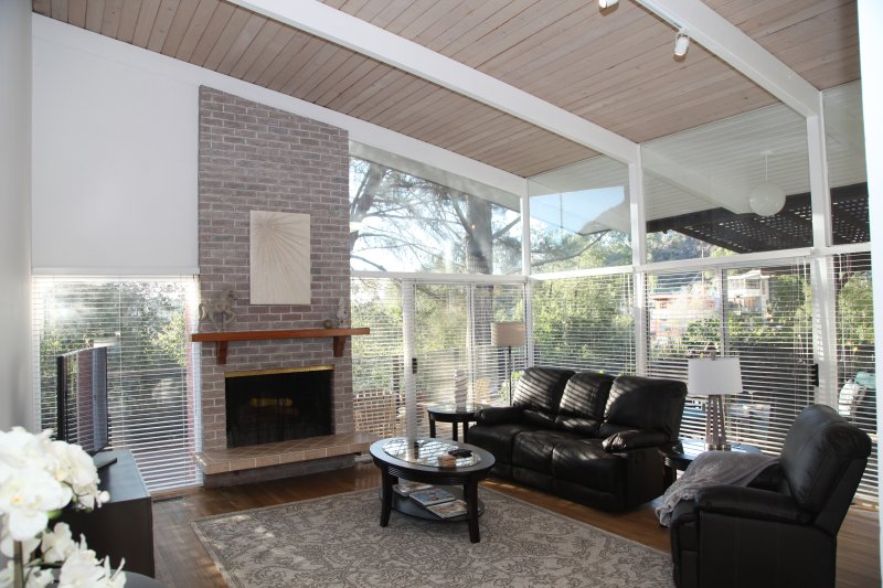 Sala de estar con chimenea y TV DISH