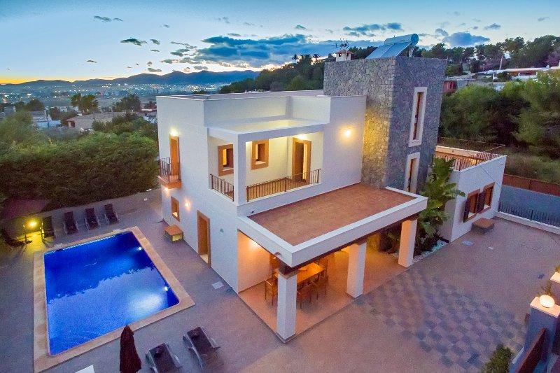 Stunning Villa in Ibiza Town, sleeps 12/14, location de vacances à Ibiza