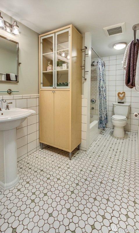 Le camere da letto al piano inferiore condividono un bagno completo.