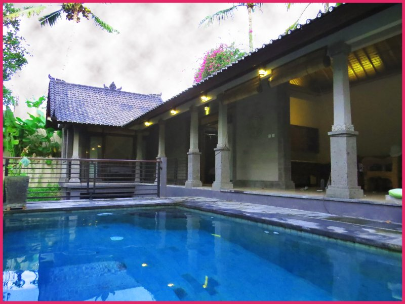 Una visione globale dalla piscina; soggiorno a destra e camere da letto al di là.