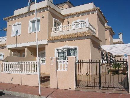 Haus mit Tür-Raum auf drei Ebenen - Terrasse, Balkon und Dachterrasse
