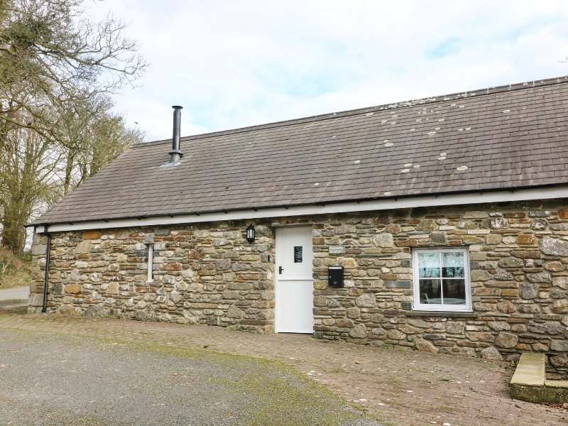 BLACKSMITHS COTTAGE, open-plan living, stone-built bungalow, woodburning stove, holiday rental in Newgale
