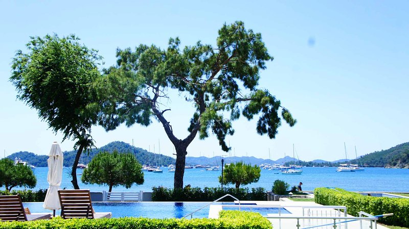 Luxury Apartment with private swimming pool and garden in seafront complex, vacation rental in Gocek