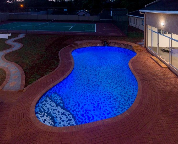 Vue sur la piscine de Shumba / lion balcon vue