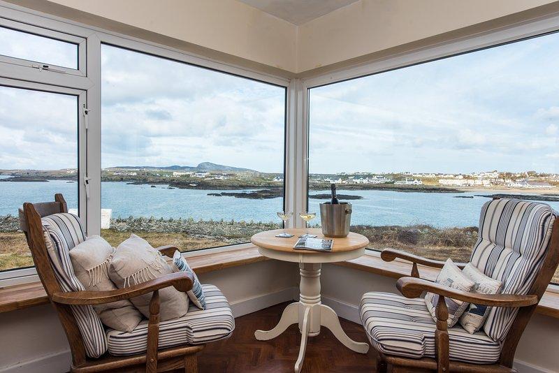 Ael Y Bryn, Dramatic Sea Views from every window, perfect location, woodburner, location de vacances à Trearddur Bay