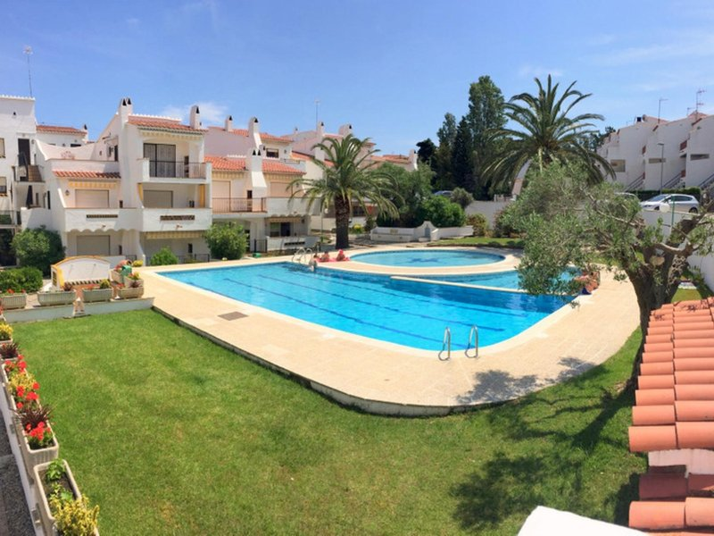 J-9 1 bedroom apartment in Puig Rom area with private parking and communal pool, holiday rental in Roses