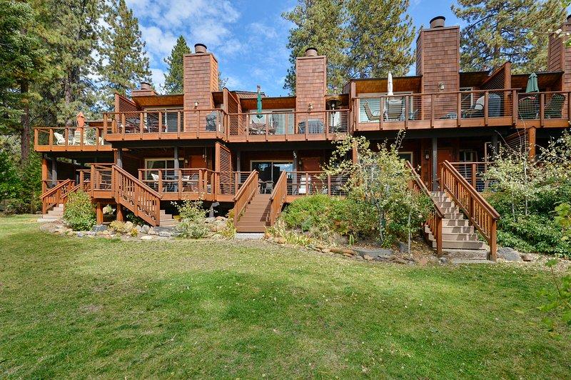 La vista si el complejo de condominios del patio trasero / lago. ¡Mucha hierba para jugar!