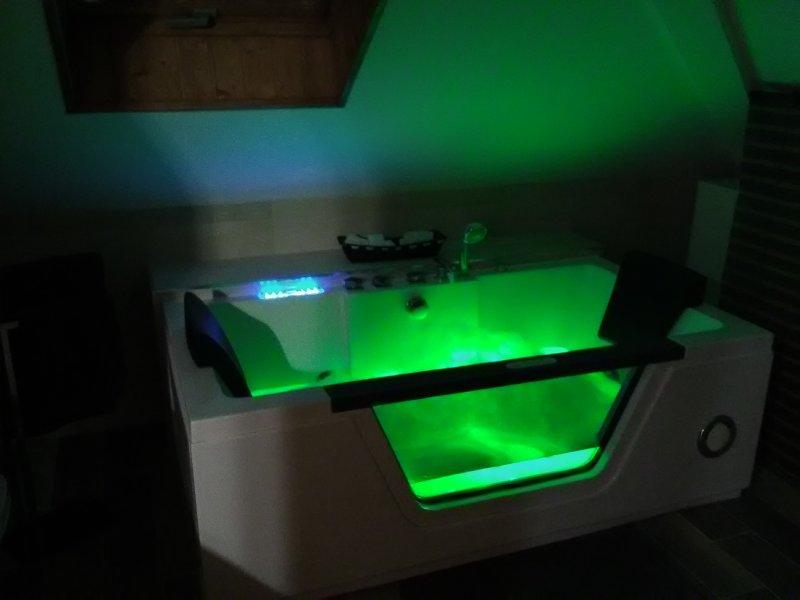 Bañera Jacuzzi para 2 personas, con cromoterapia, calentador de agua y radio.