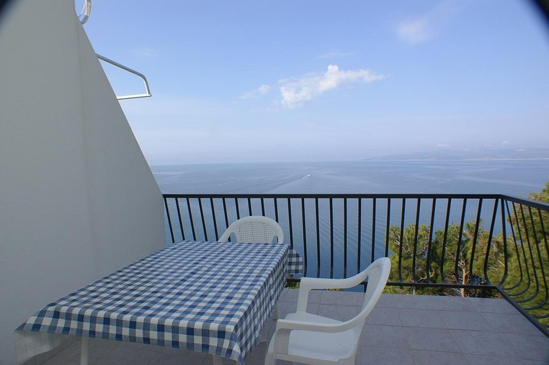 Krvavica Apartment Sleeps 4 with Air Con - 5460961, holiday rental in Bratus
