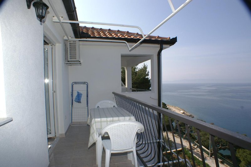 Krvavica Apartment Sleeps 3 with Air Con - 5460963, holiday rental in Bratus