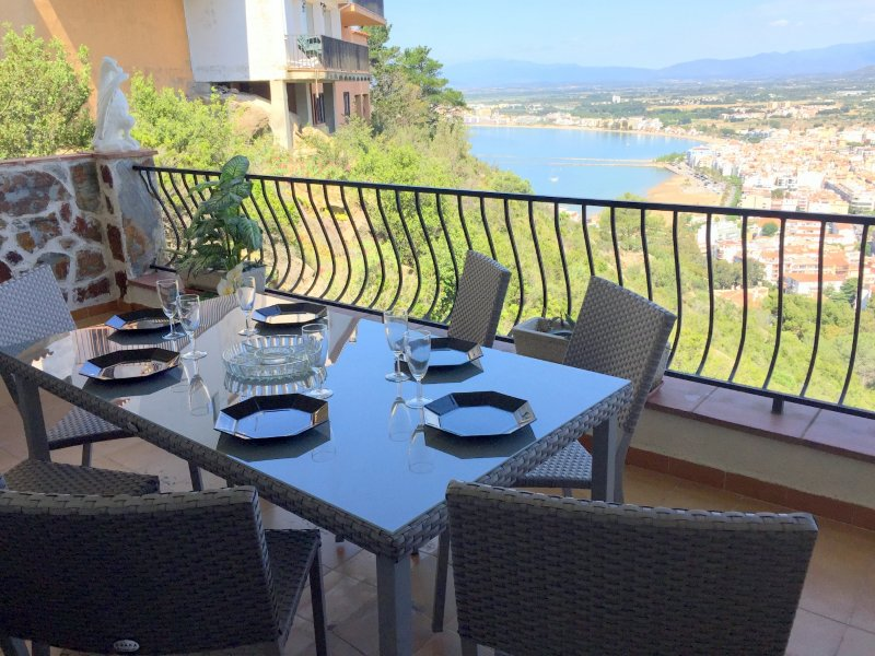 TEULES 1 bedroom apartment with private parking and sea view in Puig Rom, holiday rental in Roses