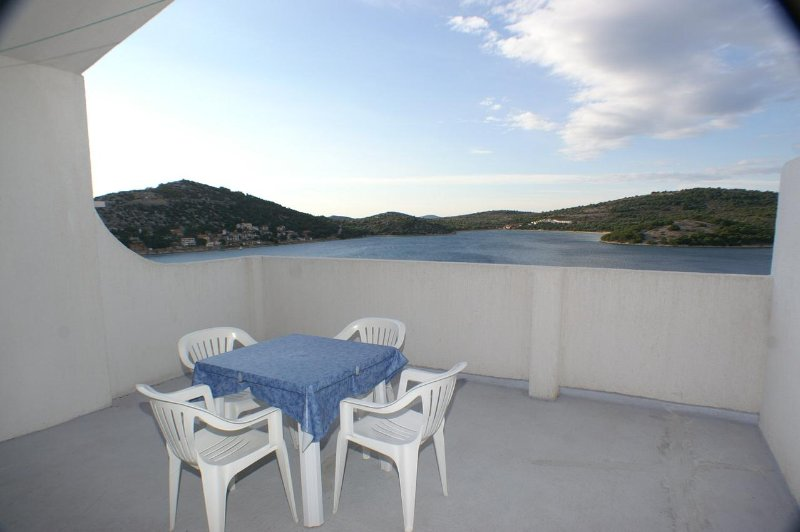 Tisno Apartment Sleeps 4 with Air Con - 5459803, holiday rental in Tijesno