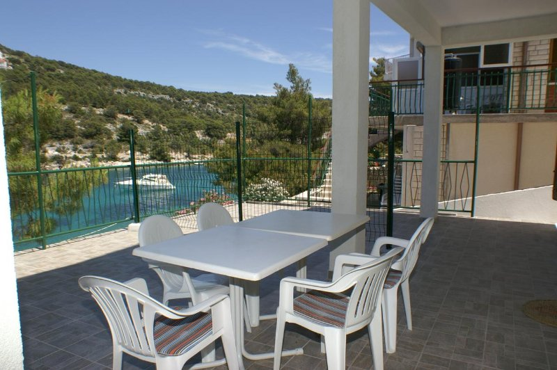 Baselovici Apartment Sleeps 4 - 5462492, holiday rental in Primosten Burnji