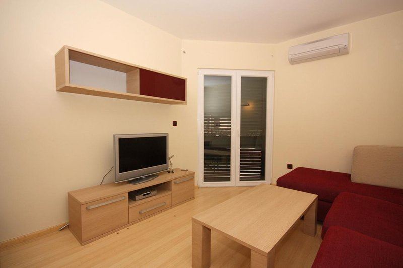 Tucepi Apartment Sleeps 6 with Air Con - 5461752, aluguéis de temporada em Tucepi