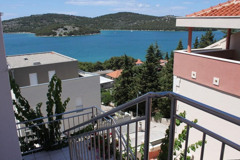 Tisno Apartment Sleeps 5 with Air Con - 5463926, holiday rental in Tijesno